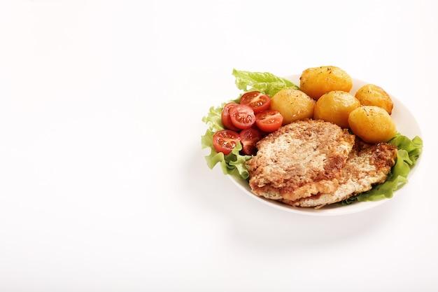 Pyszny Obiad Ze Stekami, Gotowanymi Ziemniakami I Sałatką Darmowe Zdjęcia