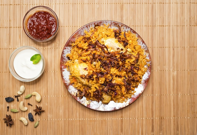 Pyszny Pikantny Kurczak Biryani W Białej Misce, Indyjskie Lub Pakistańskie Jedzenie. Premium Zdjęcia