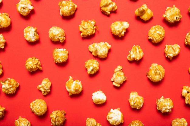 Pyszny Popcorn Na Czerwonym Tle. Widok Z Góry Premium Zdjęcia
