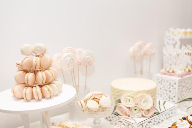 Pyszny Słodki Bufet Z Babeczkami. Candy Bar. Premium Zdjęcia