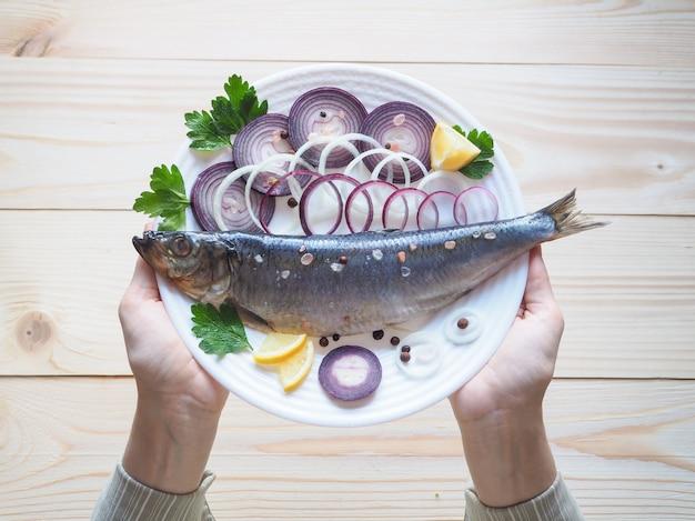 Pyszny Solony śledź Rybny Na Talerzu. Kuchnia śródziemnomorska I Rosyjska. Premium Zdjęcia