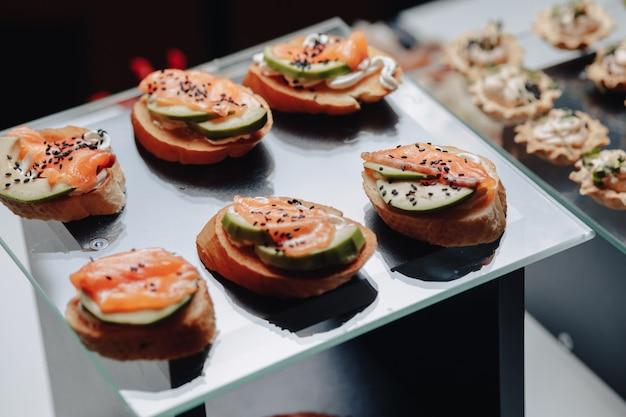 Pyszny świąteczny Bufet Z Canape I Różnymi Pysznymi Posiłkami Premium Zdjęcia