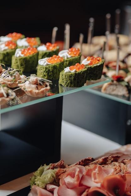 Pyszny świąteczny Bufet Z Canapé I Różnymi Pysznymi Posiłkami Premium Zdjęcia