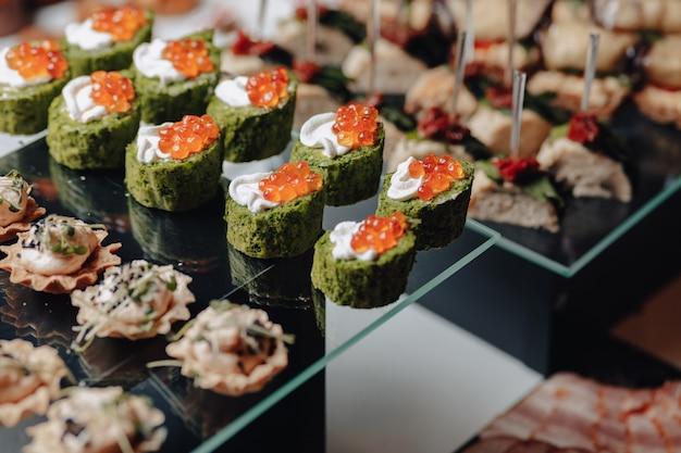 Pyszny świąteczny Bufet Z Kanapkami I Różnymi Pysznymi Posiłkami Premium Zdjęcia