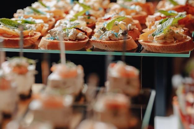 Pyszny świąteczny Bufet Z Kanapkami I Różnymi Smacznymi Posiłkami Premium Zdjęcia