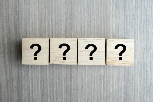 Pytania znak (?) słowo z drewnianą kostką Premium Zdjęcia