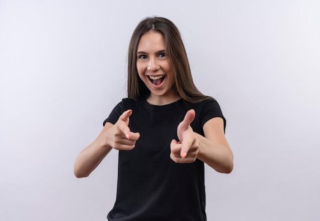 Radosna Młoda Dziewczyna Kaukaski Na Sobie Czarną Koszulkę Pokazuje Gest Obiema Rękami Na Odizolowanej Białej ścianie Darmowe Zdjęcia