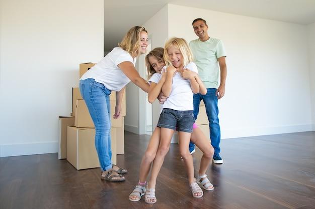 Radosna Para Rodzinna I Dwoje Dzieci Dobrze Się Bawią Podczas Przeprowadzki Do Nowego Mieszkania Darmowe Zdjęcia