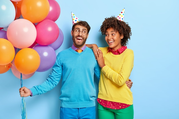 Radosna Pozytywna Młoda Para Na Imprezie Z Balonami Darmowe Zdjęcia