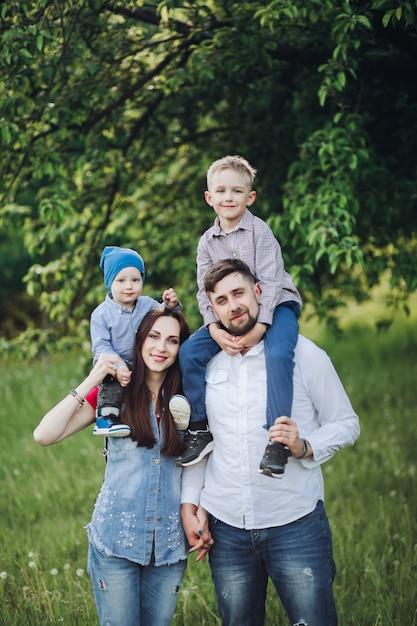 Radosna Rodzina Pozuje Outdoors Premium Zdjęcia