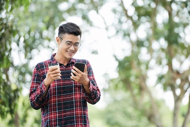 Radosny Człowiek Z Kawą I Telefonem Darmowe Zdjęcia