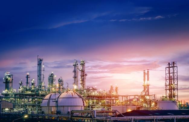 Rafineria Ropy Naftowej I Gazu Lub Przemysł Petrochemiczny Na Zachodzie Słońca Na Niebie, Fabryka Z Wieczorem, Produkcja Przemysłu Petrochemicznego Premium Zdjęcia