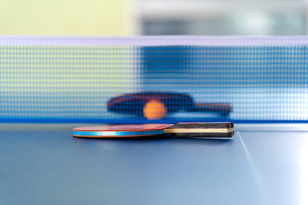 Rakieta do tenisa stołowego i piłka, aktywność sportowa w pomieszczeniu Premium Zdjęcia
