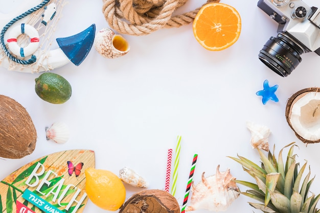 Rama aparatu, egzotyczne owoce i deska surfingowa Darmowe Zdjęcia