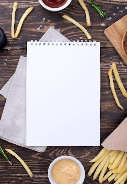 Rama Hamburgera I Frytki Obok Notebooka Darmowe Zdjęcia