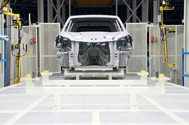 Rama samochodu z niedokończonym montażem na linii produkcyjnej przedsiębiorstwa motoryzacyjnego Premium Zdjęcia