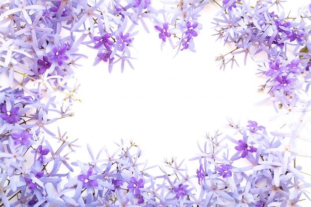 Rama wykonana z fioletowych kwiatów na białym tle Premium Zdjęcia