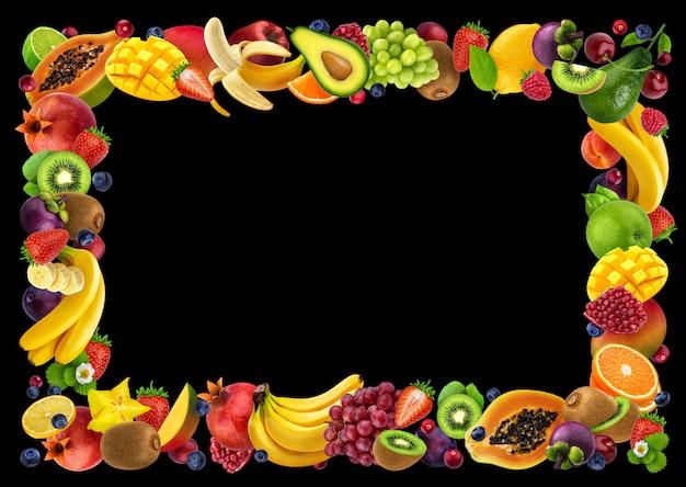 Rama Wykonana Z Różnych Owoców I Jagód, Na Czarnym Tle Premium Zdjęcia