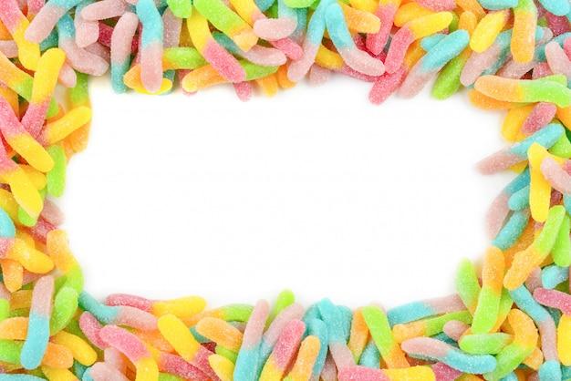 Rama Z Kolorowych Cukierków Gummy Na Białym Tle. Widok Z Góry. Miejsce Na Tekst Lub Projekt. Premium Zdjęcia