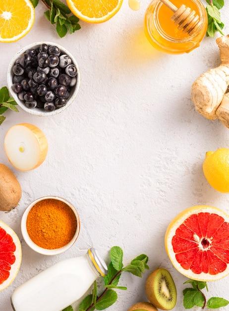 Rama Zdrowych Produktów Zwiększających Odporność Widok Z Góry. Warzywa I Owoce W Celu Wzmocnienia Układu Odpornościowego Premium Zdjęcia