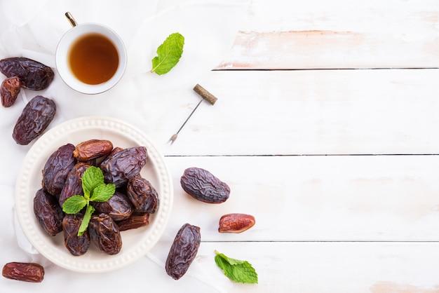 Ramadan Koncepcja żywności I Napojów. Herbata Z Owocami Daktylowymi I Liśćmi Mięty Premium Zdjęcia