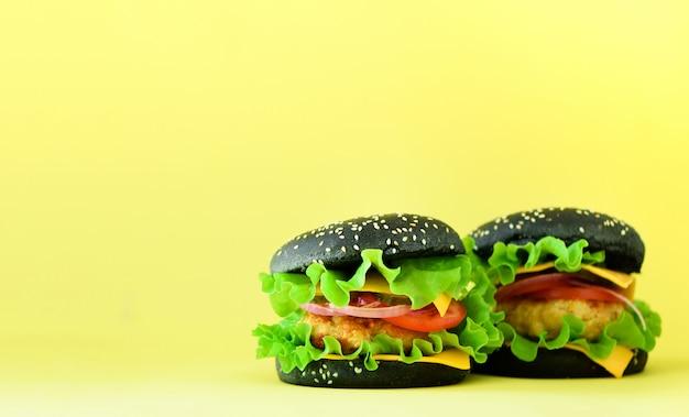 Ramka Do Fast Foodów. Wyśmienicie Mięsni Hamburgery Na żółtym Tle. Jedzenie Na Wynos. Niezdrowa Dieta Koncepcja Z Miejsca Na Kopię Premium Zdjęcia