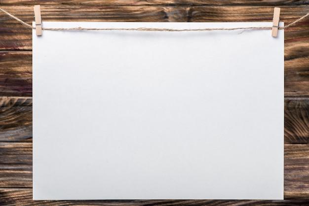 Ramka Do Zdjęć, Notatki. Ramka Do Zdjęć Biznesowych Z Białego Samodzielnie. Pusta Ramka Na Zdjęcia. Białe Prześcieradła Na Kołnierzu. Drewno Tle. Idealny Dla Biznesu, Notatek, Sprzedaży Premium Zdjęcia