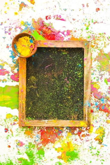 Ramka na zdjęcia w kolorze w małej misce pomiędzy jasnymi, suchymi kolorami Darmowe Zdjęcia