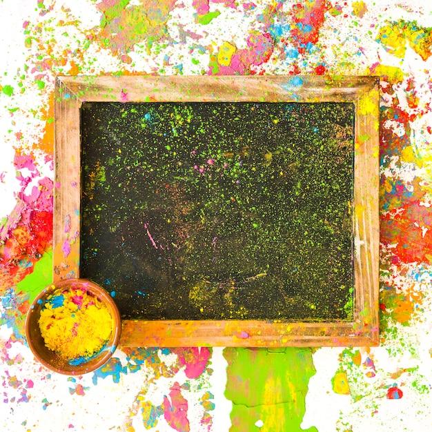 Ramka z kolorem w małej misce pomiędzy jasnymi, suchymi kolorami Darmowe Zdjęcia