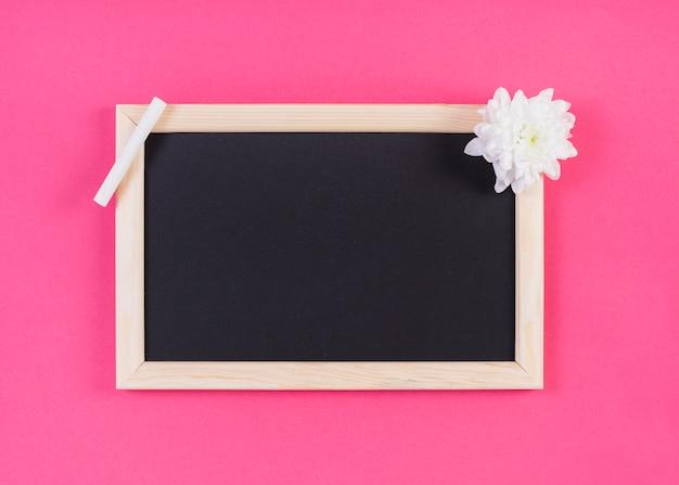 Ramowy Blackboard Z Kredą I Kwiatem Darmowe Zdjęcia