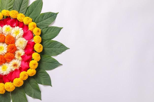 Rangoli marigold flower design na festiwalu w diwali Premium Zdjęcia