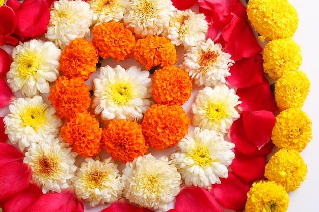 Rangoli z kwiatów nagietka na diwali festival Premium Zdjęcia
