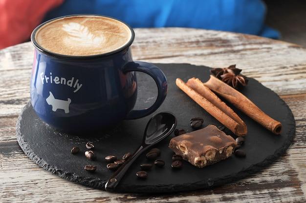 Rano śniadanie w kawiarni cappuccino w kubku Premium Zdjęcia
