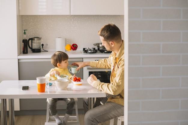 Rano śniadanie Z Ojcem I Synem Darmowe Zdjęcia
