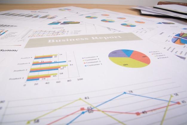 Raport biznesowy. wykresy i wykresy. raporty biznesowe i stos dokumentów. pomysł na biznes. Darmowe Zdjęcia