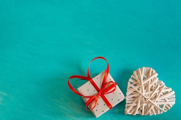 Rattan Tkane Białe Ozdobne Serce Elegancki Prezent Kokarda Wiązana Czerwoną Wstążką Kokarda Na Malowanym Walentynkowym Tle Valentine Premium Zdjęcia