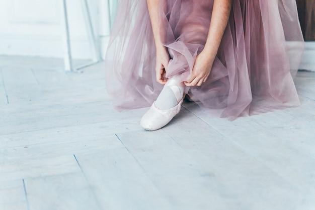 Ręce Baleriny W Spódniczce Tutu Zakładają Pointe Na Nogę W Białym świetle Premium Zdjęcia