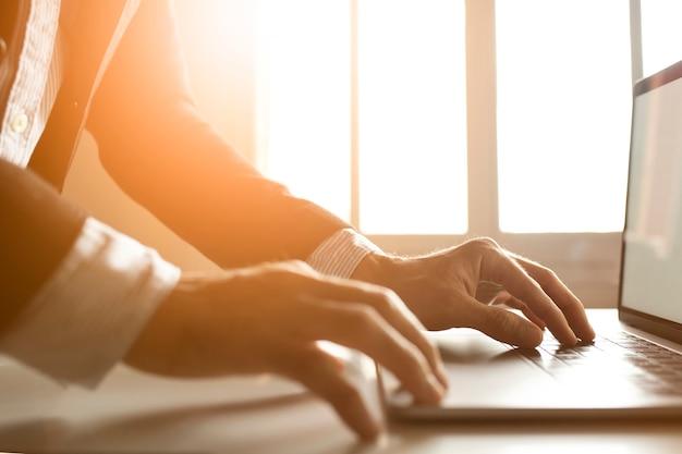 Ręce Biznesmena Za Pomocą Laptopa W Internecie Darmowe Zdjęcia