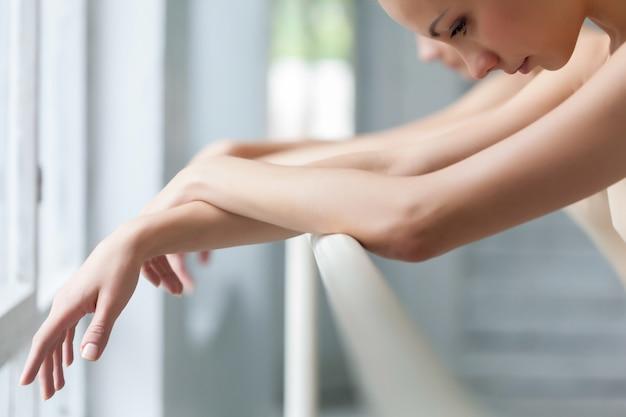 Ręce Dwóch Tancerzy Baletu Klasycznego W Barre Darmowe Zdjęcia