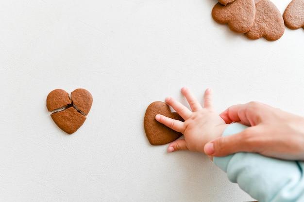 Ręce Dziecka, Kruche Serce, Opieka Zdrowotna, Koncepcja Miłości I Rodziny, światowy Dzień Serca Premium Zdjęcia