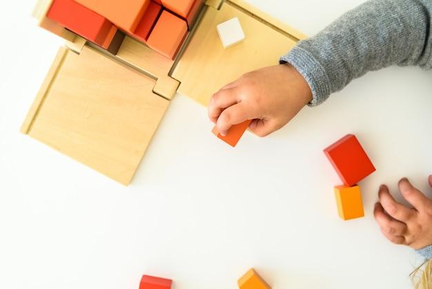 Ręce Dziecka Wykorzystujące Zabawkę Edukacyjną Do Rozwoju Poznawczego. Premium Zdjęcia