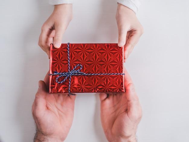 Ręce I Ręce Ojca Młodszego Dziecka Premium Zdjęcia