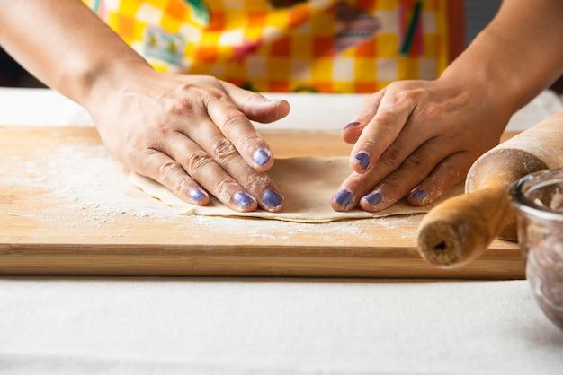 Ręce Kobiet Robią Ciasto Na Danie Z Azerbejdżanu Gutab. Darmowe Zdjęcia