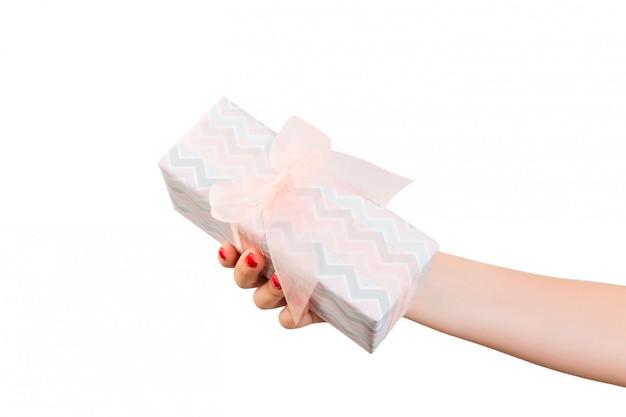 Ręce Kobiety Dają Owinięty Ręcznie świąteczny Lub Inny świąteczny Prezent W Kolorowym Papierze Z Pomarańczową Wstążką Premium Zdjęcia