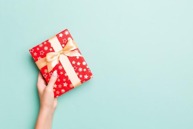 Ręce Kobiety Dają Zapakowane Prezenty świąteczne Lub Inne Ręcznie Robione Prezenty W Kolorowym Papierze Premium Zdjęcia