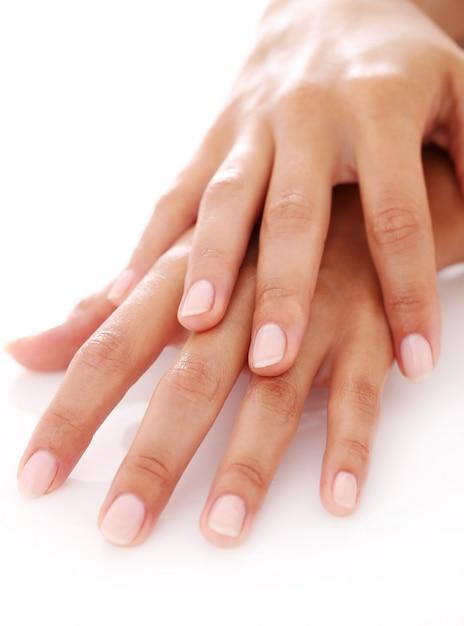 Ręce kobiety z manicure Darmowe Zdjęcia