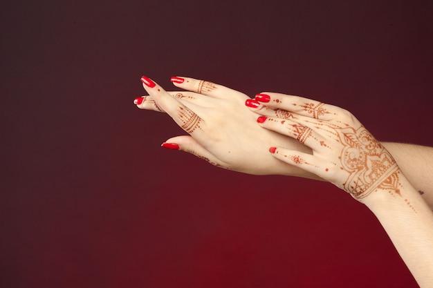 Ręce Kobiety Z Mehndi Premium Zdjęcia