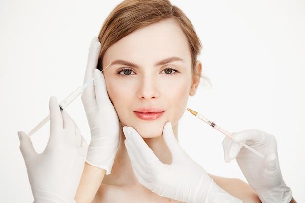 Ręce Kosmetologów Wykonują Zastrzyki Z Botoksu Medycznego Dla Pięknej Blondynki. Lifting Skóry. Zabieg Na Twarz. Uroda I Spa. Darmowe Zdjęcia