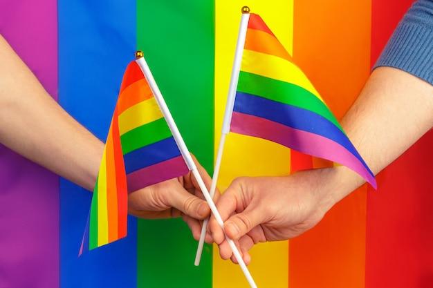 Ręce machają tęczową flagą gejowską dumą lgbt Premium Zdjęcia
