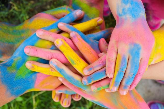 Ręce Malowane W Różnych Kolorach. Pojęcie Miłości, Przyjaźni, Szczęścia W Rodzinie. Premium Zdjęcia